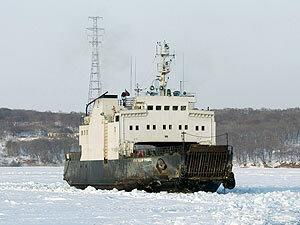 Во Владивостоке в районе острова Русский во льдах застрял паром