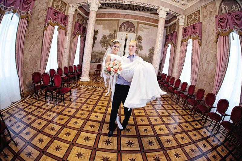фотография со свадьбы: жених несет невесту