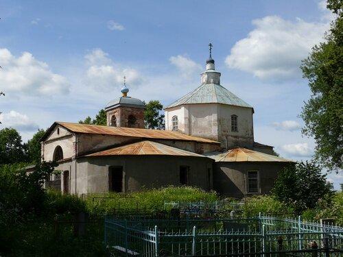 Троицкая церковь в Татево со стороны кладбища