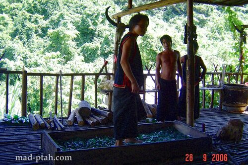 битое стекло, трюки, выступление, деревня ли и мяо, хайнань, китай