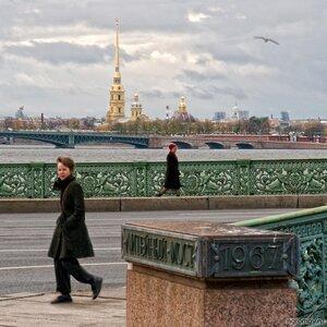У Литейного моста (Литейный мост, Нева, Петербург, Петропавловский собор, человек)