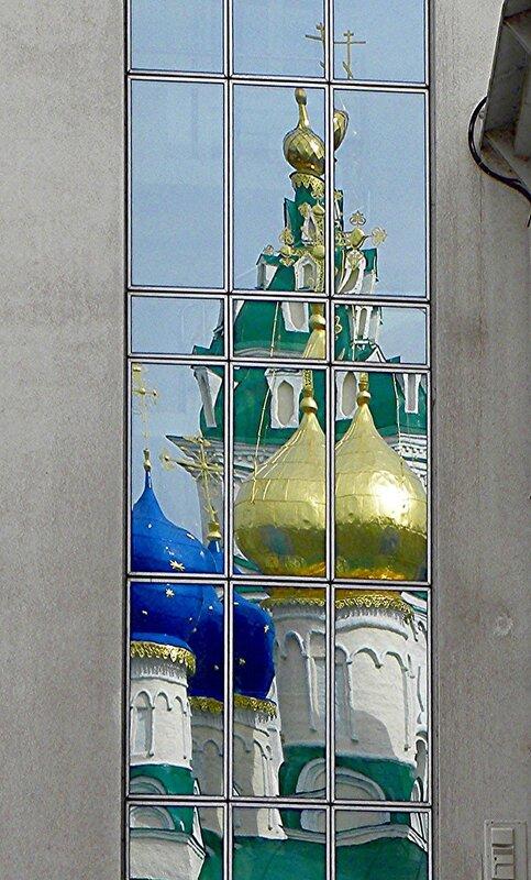 Отражение храма в стоящем напротив банке