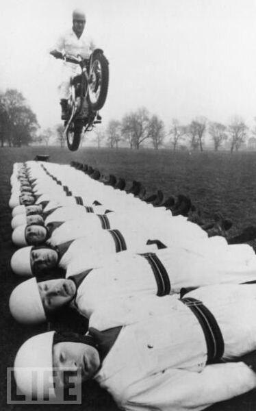 прыжки на мотоцикле сержанта-майора  Tom Gledhill через 20 членов королевской артиллерии Motor Bike команды, Англия, 1966