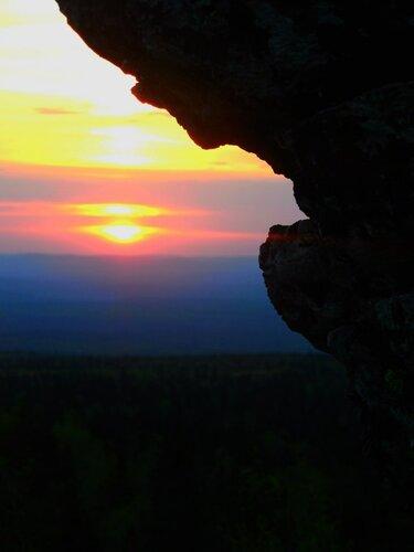 Рассвет над горой Шунут (Свердловская область). Автор фотографии - Алексей Белов