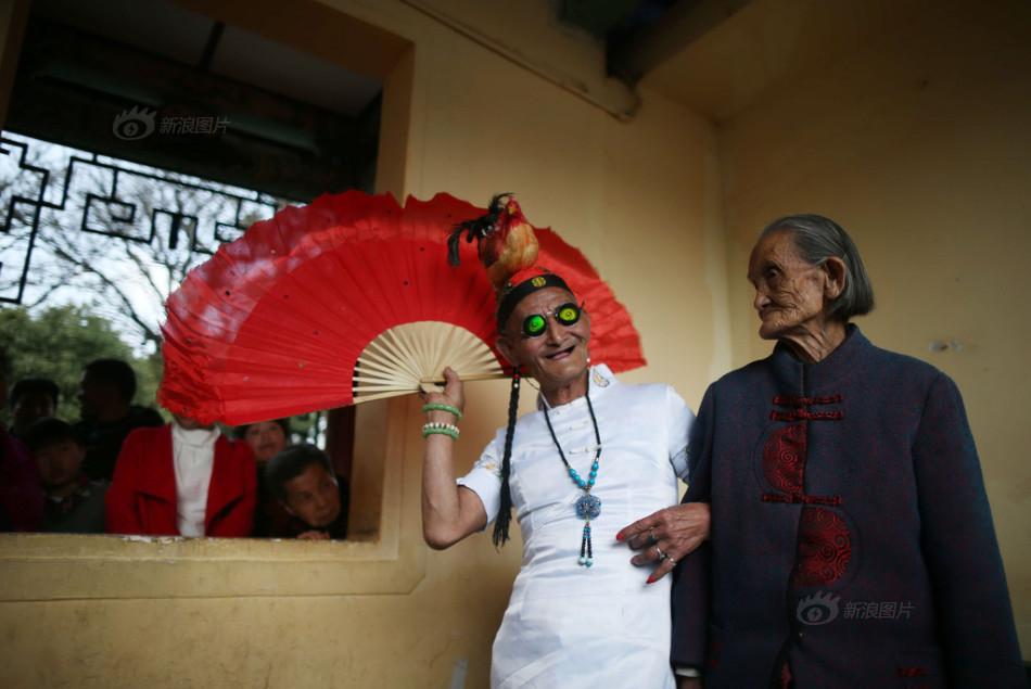 74-летний китаец переодевается в платья, чтобы порадовать 96-летнюю маму