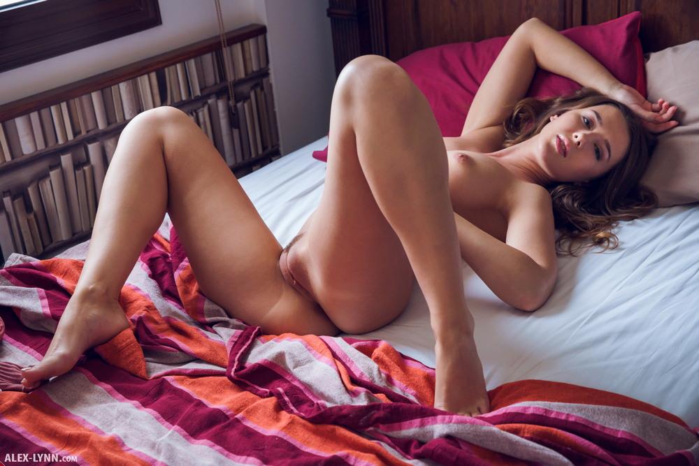 Sybil разделась на кровати