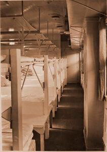 Внутренний вид вагона четвертого класса для легко раненых военно-санитарного поезда.