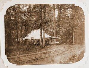 Участники царской охоты во время завтрака под специально установленным шатром.
