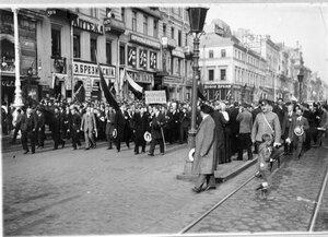 Манифестанты на Невском проспекте около Пассажа.