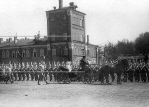 Шеф полка великая княгиня Мария Павловна  в коляске проезжает вдоль фронта Драгунского полка , выстроившегося для смотра.