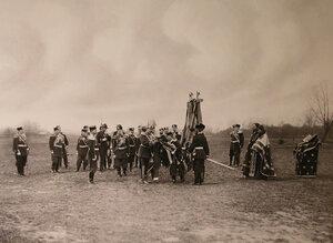 Священнослужители и офицеры полка во время церемонии прикрепления пожалованных германским императором королем Прусским Вильгельмом II юбилейных лент к полковым знаменам