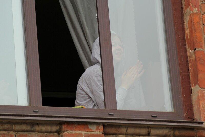 девушка в окне училища искусств