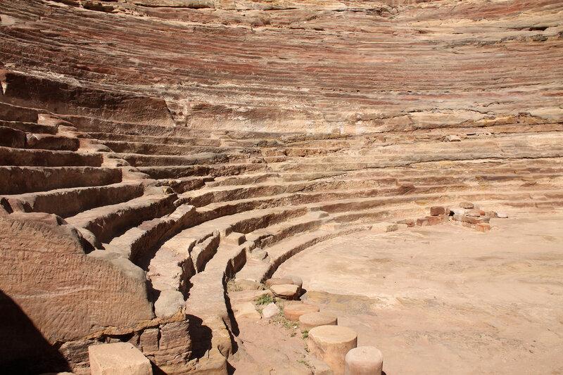 Сиденья театра, вырубленные в скале