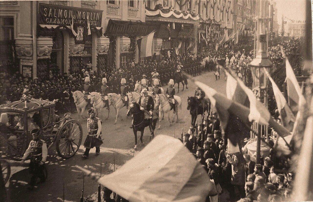 Коронационный кортеж проходит по Тверской улице в день торжественного въезда их императорских величеств в Москву