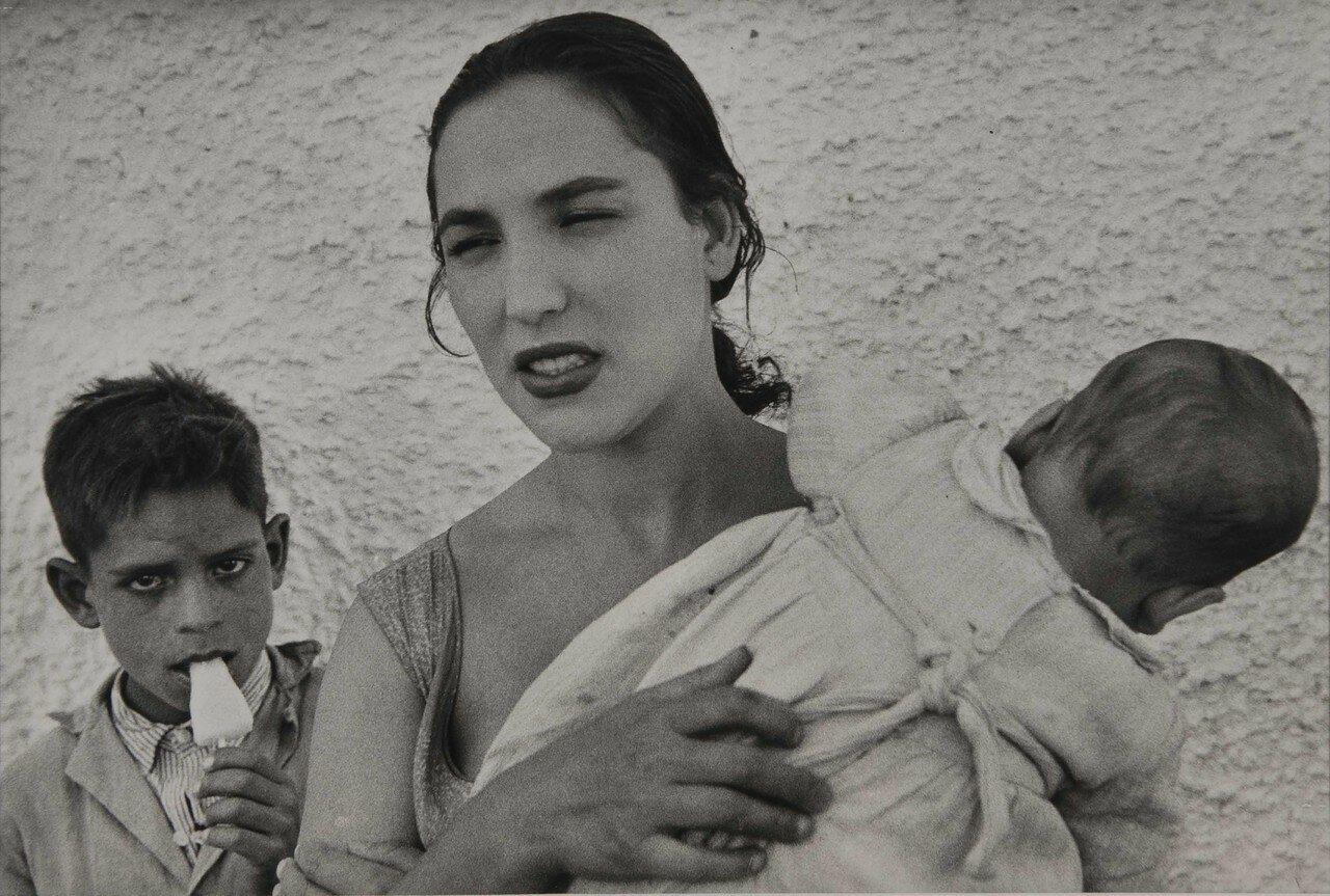 1954. Женщина с детьми. Испания, Гранада