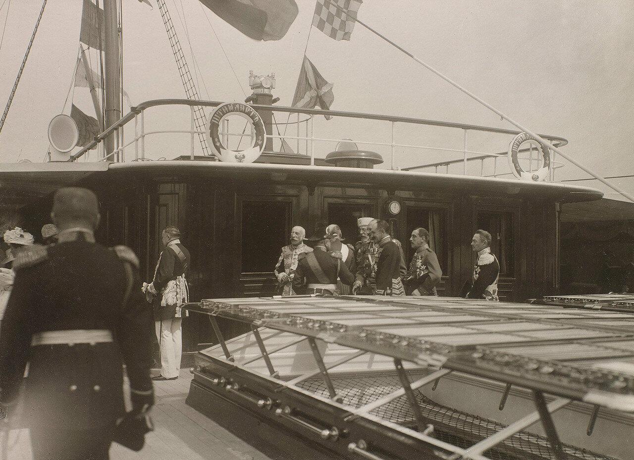 24. Гости на палубе Императорской яхты «Штандарт»
