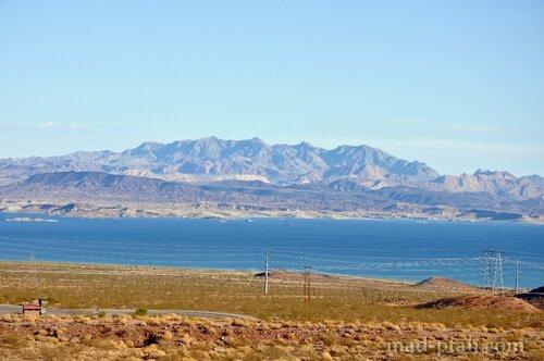 Озеро в пустыне Невада, по пути в Гранд Каньон, США