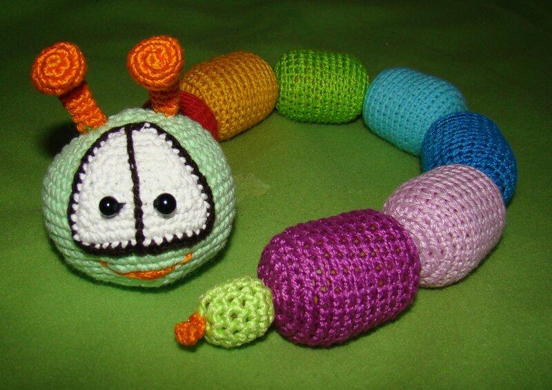 Для гусеницы нужна хлопковая пряжа разных цветов, 2 бусины для глазок, футлярчики из киндер сюрпризов...