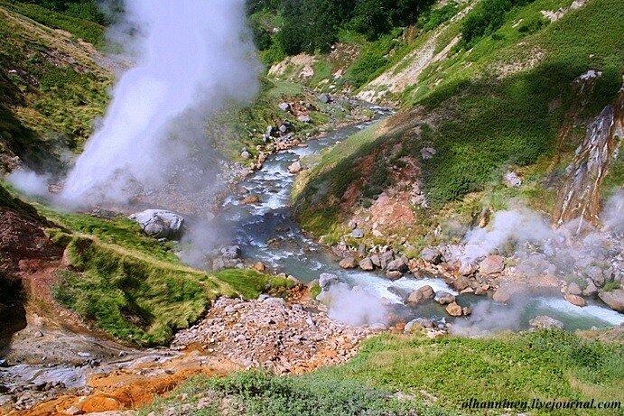 В камчатской Долине гейзеров на берегу  реки Гейзерная извержение небольшого гейзера
