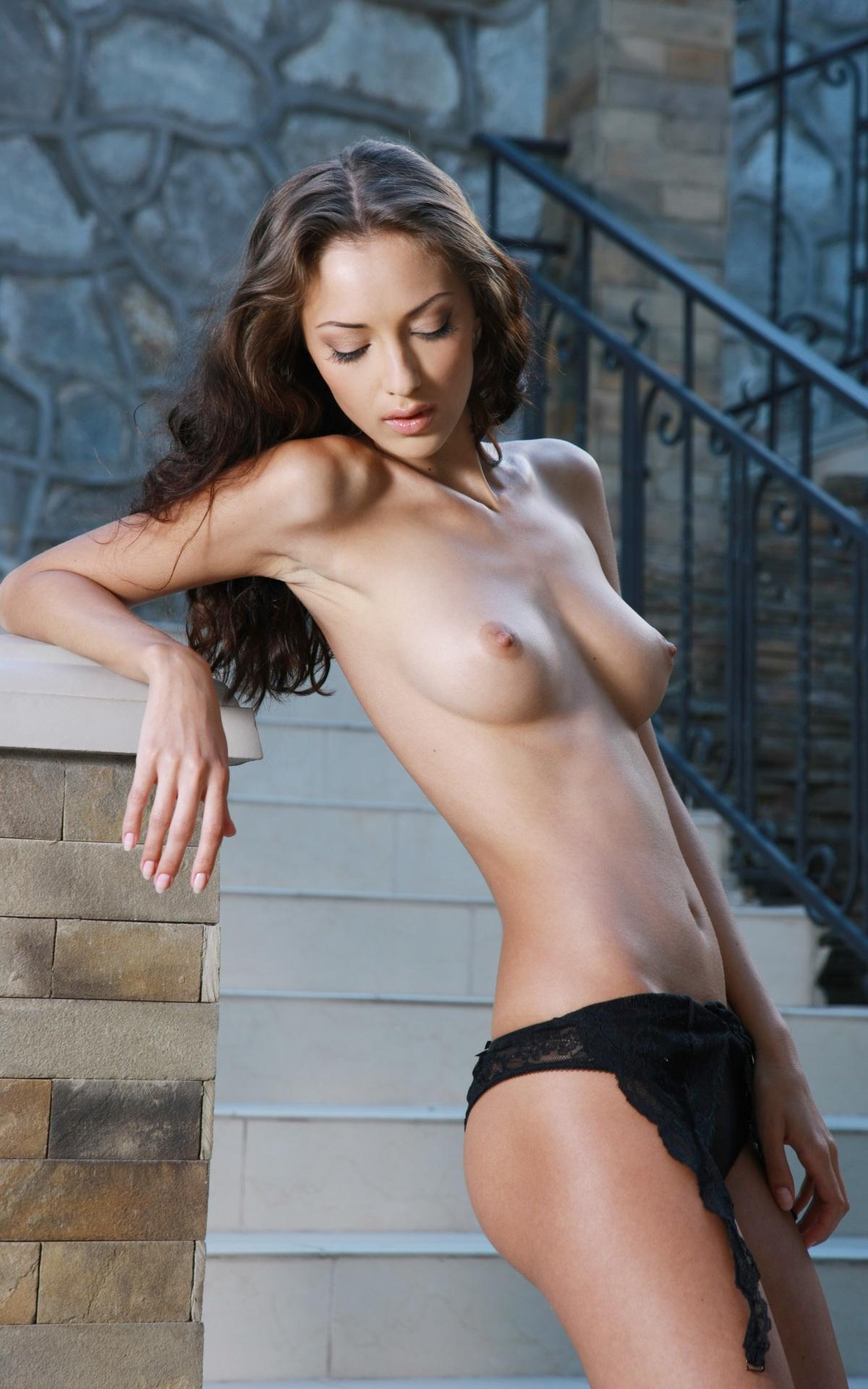 Брюнеточка на лестнице (15 фото)