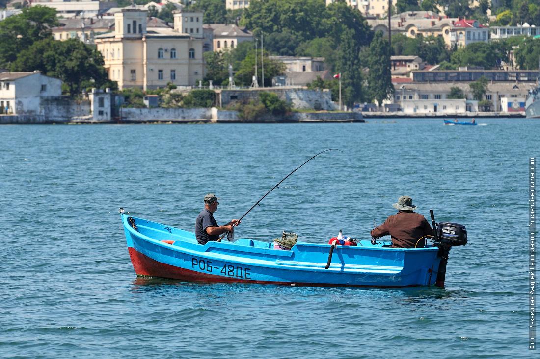 рыбаки на лодке в Севастопольской бухте