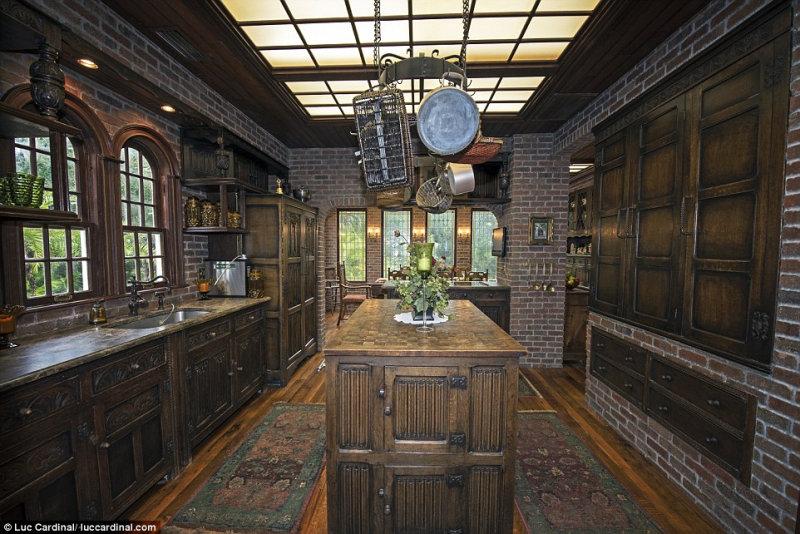 Четырехэтажный особняк теперь украшен роскошными портьерами, ореховыми и дубовыми панелями и вит