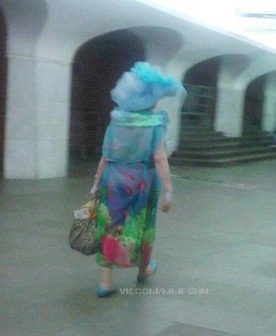 21. Неповторимая хендмейд-шляпа из голубого мусорного пакета в тон балеткам и полупрозрачное платье