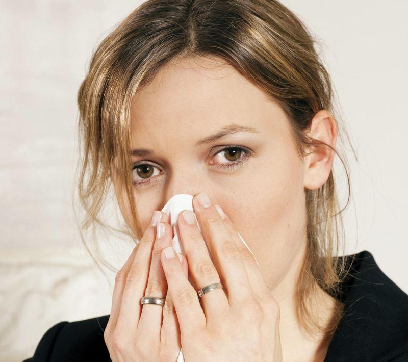 7. Что делать, если из носа пошла кровь Нужно взять ватку и приложить ее к деснам за маленькой ямочк