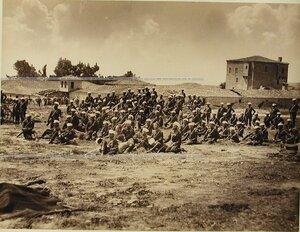 Солдаты и офицеры 2-го эскадрона Лейб-гвардии Гусарского полка на биваке.