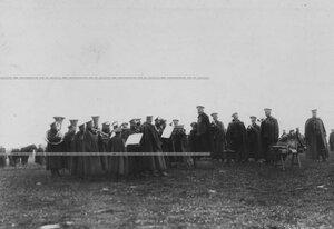Духовой военный оркестр на состязаниях в стрельбе из орудий.