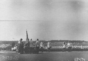 Молебен на военном поле перед началом парада по случаю 25-летнего юбилея шефства императора Николая II над полком.