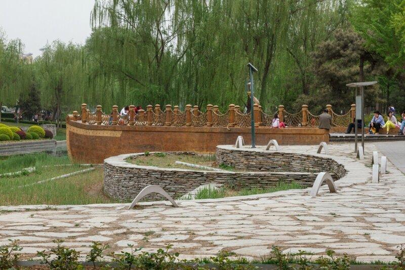 Клумбы и площадка в форме корабля, Пекин