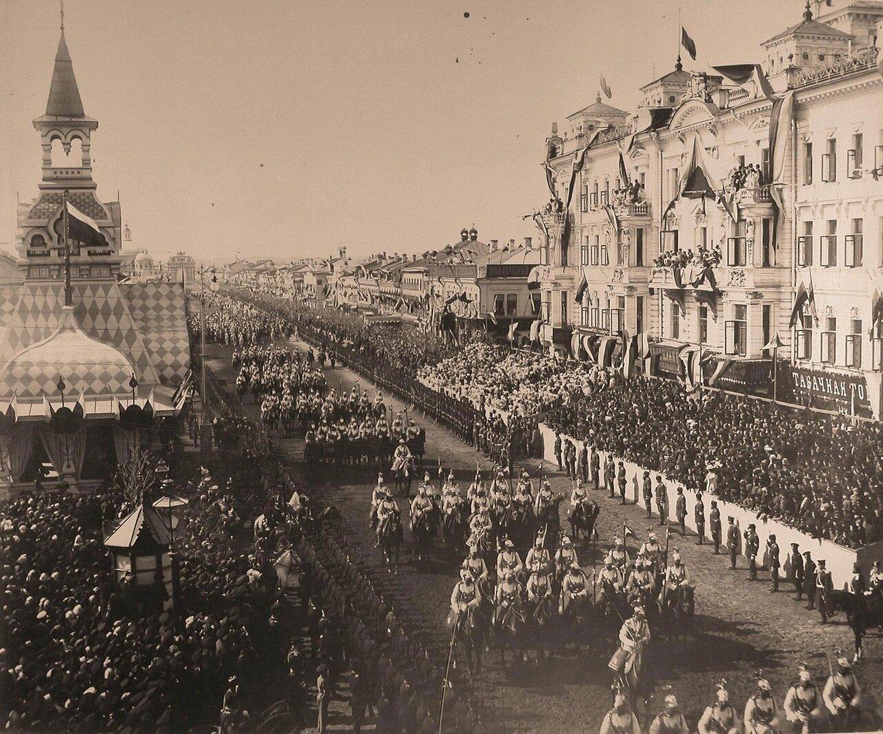 Кавалергарды проходят от Триумфальных ворот по Тверской улице; слева - павильон для встречи их императорских величеств представителями городской думы