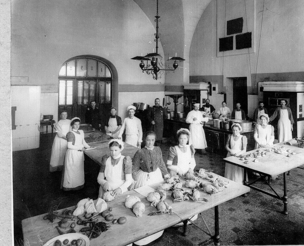 50. Воспитанницы на кухне за приготовлением обеда