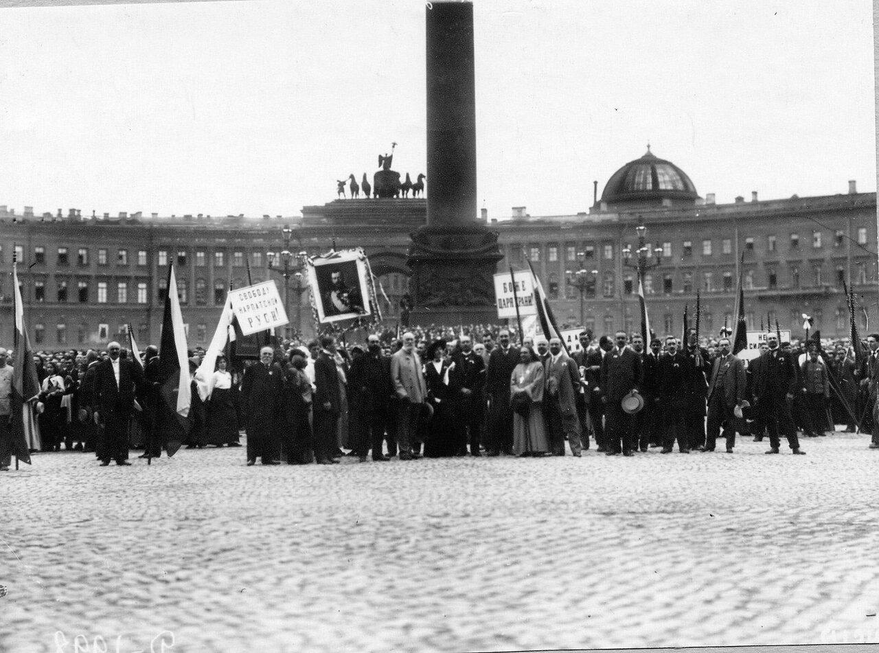 19. Толпы ликующих монархистов на Дворцовой площади перед чтением манифеста