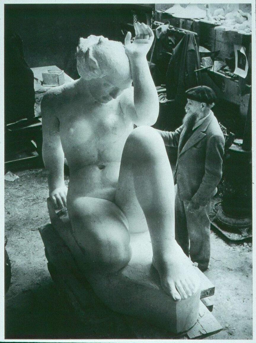 1936. Аристид Майоль у композиции «Гора» в мастерской Ван Донгена