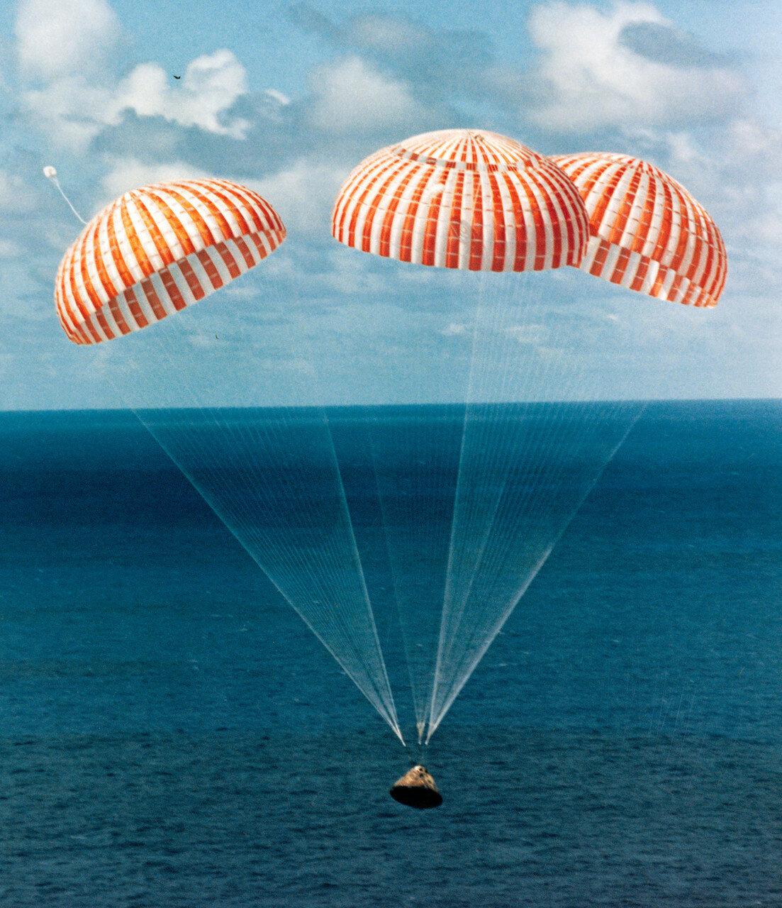 Отсек экипажа приводнился 9 февраля 1971 года в 21 час 05 минут 04 секунды GMT в 6,4 км от вертолётоносца «Нью Орлеан». На снимке: Приводнение спускаемого аппарата
