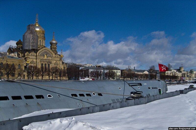 Подводная лодка С-189. Рядом с подлодкой - церковь Святой Великомученицы Анастасии Узорешительницы. Один из перископов подлодки нацелен на неё - к вящему удовольствию посетителей музея.