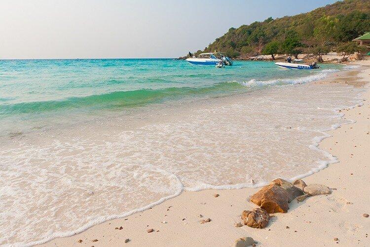 Белый песок на острове Ко Лан. Тайланд