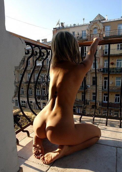 devushka-na-balkone-golaya