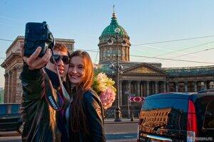 Сценка на Невском (закат, Казанский собор, отражение, пара, Петербург, фотограф, цветок)
