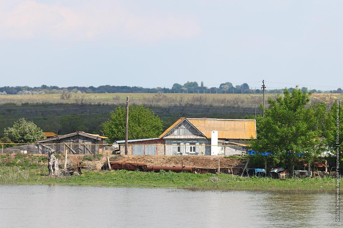 желтые крыши домиков в дельте Волги