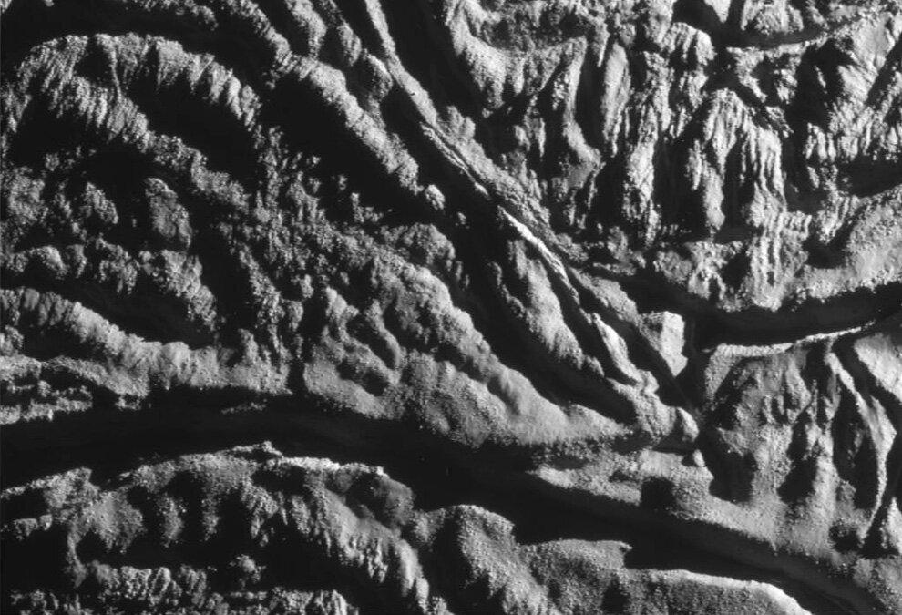 «Кассини» удалось сделать детальный вид поверхности спутника Сатурна Энцелада.