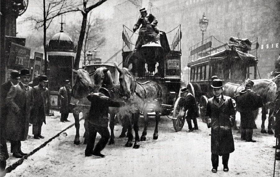 7 Qu'il vente, qu'il neige, les chevaux continuent à tirer les Omnibus (vers 1910).jpg