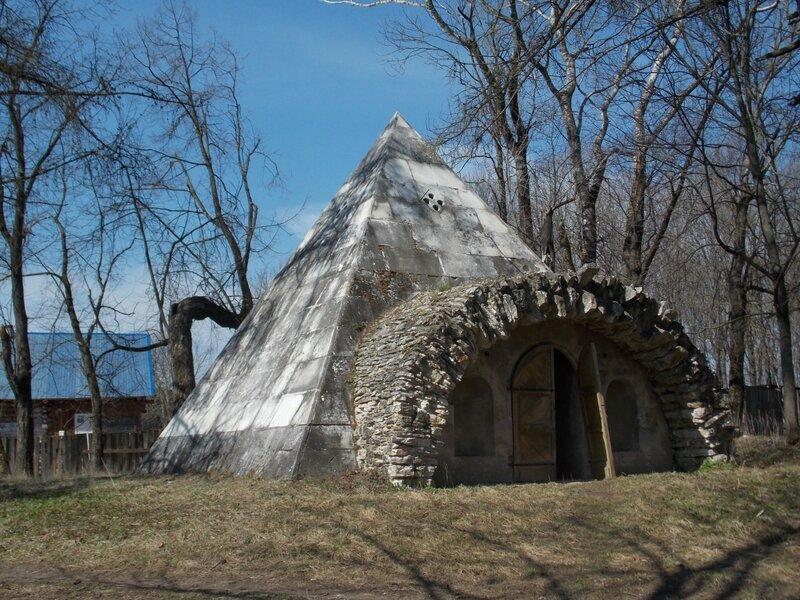 Пирамидальный погреб работы Львова в селе Никольское.