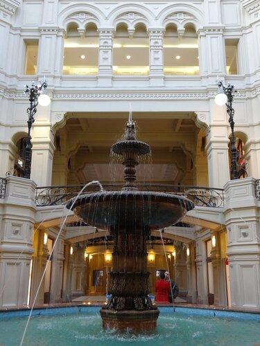 Тот самый фонтан в центре ГУМа