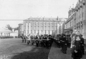 Император Николай II и сопровождающие его лица на параде у Большого Екатерининского дворца обходит Первую Уральскую его величества сотню полка.