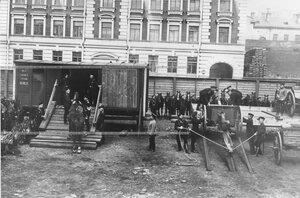Учебная погрузка орудий, лошадей и снаряжения в железнодорожные вагоны .