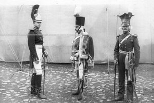 Конные гренадеры в офицерской форме полка эпохи Александра I и Николая I  .