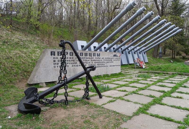 Якорь - в память о моряках, погибших здесь.
